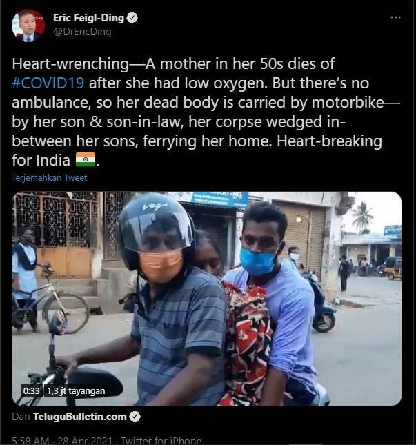 Video 2 pria di Indonesia angkut jenazah ibu pakai motor (Twitter).