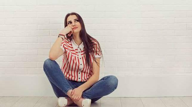 Ilustrasi perempuan sedang melamun, berpikir. (Shutterstock)