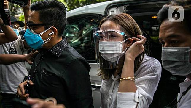 Selebritas Gisella Anastasia atau Gisel (tengah) didampingi pengacaranya tiba di Gedung Ditreskrimsus Polda Metro Jaya, Jakarta, Rabu (23/12/2020). Sebelumnya, polisi menetapkan PP dan MM sebagai tersangka penyebar video syur mirip Gisel. (Liputan6.com/Faizal Fanani)