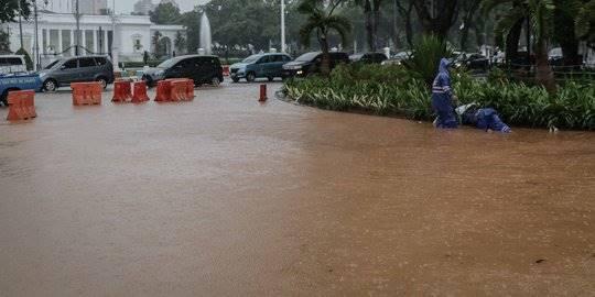 Jalanan depan Istana Merdeka banjir. ©Liputan6.com/Faizal Fanani