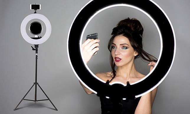 Alat dan Aplikasi Yang Wajib Dimiliki YouTuber Pemula: Ring Light