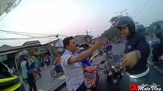 Aksi berani MotoVlogger halau pemotor lawan arah.
