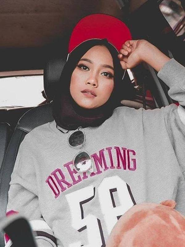 5 Gaya Artis Cantik Pakai Hijab Topi Yang Jadi Trend Di Tahun 2018