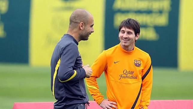 Pep Guardiola dan Lionel Messi saat di Barcelona (AFP/Miguel Ruiz)