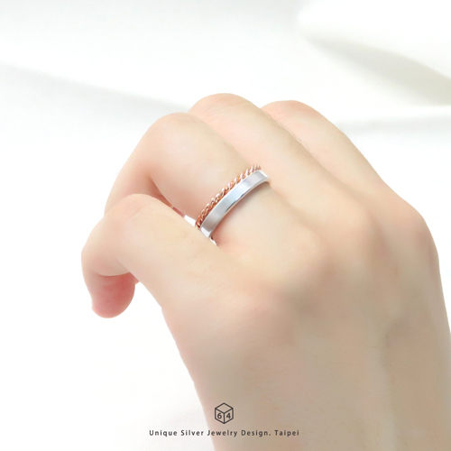 簡約的美感設計n保留最簡單的那份質感美n更為極簡的巧思n讓純銀戒指呈現最原本的狀態