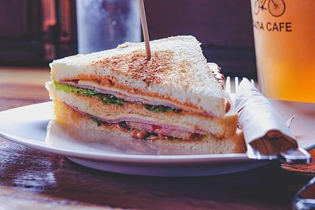 ▲有網友好奇詢問,早餐店 15 元三明治賺得到錢嗎?引發熱烈討論。 (示意圖/翻攝自 Unsplash )