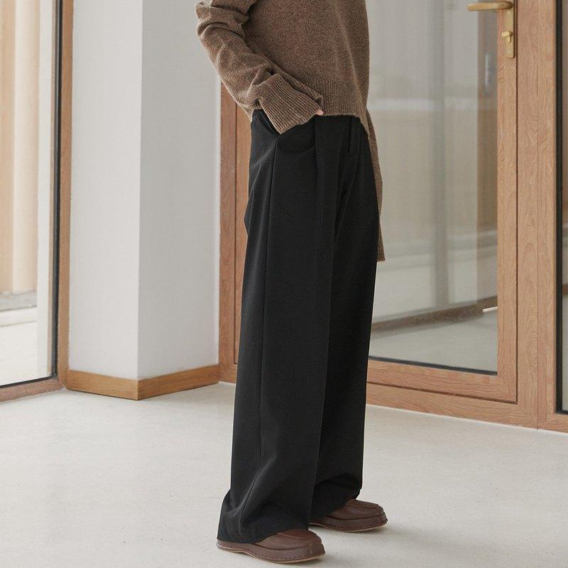 質感垂順又挺括的TR西裝面料 搭配長褲線條, 利落有型 美好適中的厚度更可以一年四季的穿著
