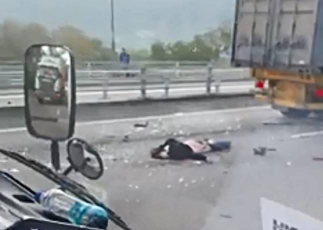 汽車零件碎片四散一地,一人受傷倒臥地上。