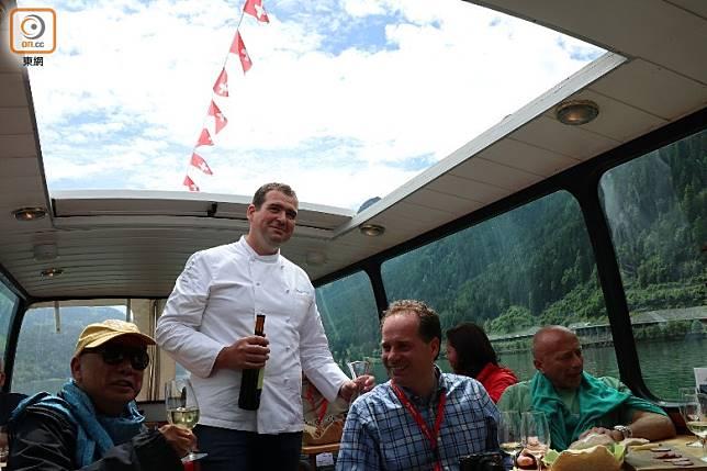 遊客可乘坐觀光船遊湖,零距離觀賞湖光山色。