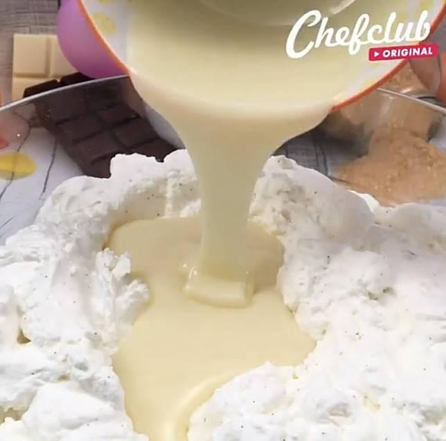 將煉奶與忌廉拌勻。(互聯網)