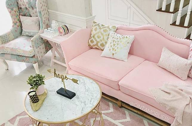 Cantiknya Sentuhan Pink Di Ruang Keluarga Berkonsep Shabby
