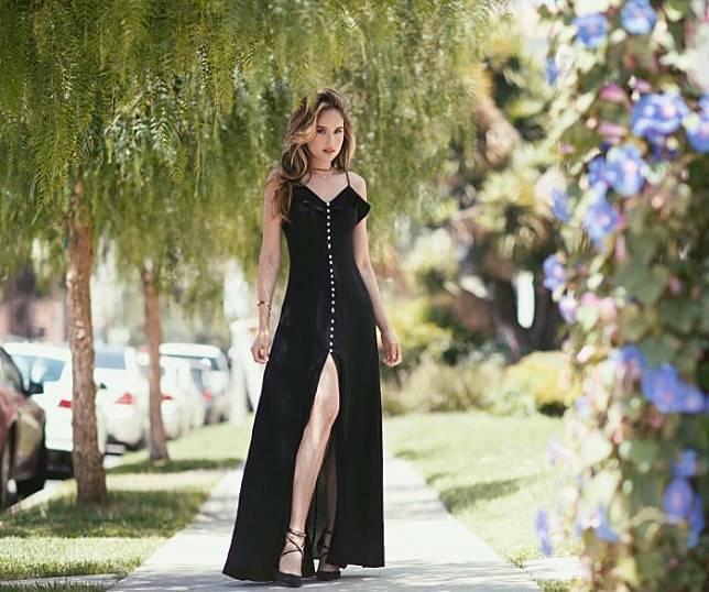 Kecantikan Penampilan Cinta laura Memakai Dress Yang Bikin Pangling