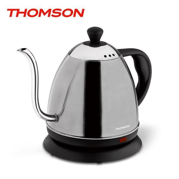 THOMSON掛耳式咖啡快煮壺造型簡約俐落,304不鏽鋼內膽其中S型壺嘴的曲線是經過非常嚴謹且精密的設計當熱水經過壺嘴時,可以稍微降低熱水溫度,之後與空氣接觸,立即達到沖泡咖啡的完美溫度,穩定控制出水