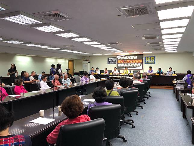 來自全台南市各區里的鄰長,齊聚台南市議會,公布「編列鄰長工作交通補助」連署結果,並向市議會請願。