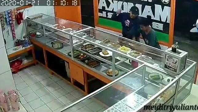 Pelaku begal yang terekam CCTV saat melakukan aksinya di sebuah Warteg Mamoka Bahari, di kawasan Ciledug, Jakarta Selatan. Foto/video medsos