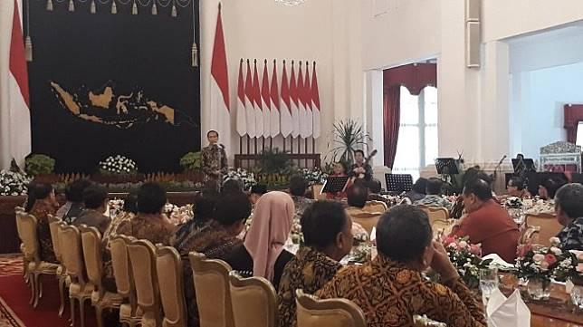 Presiden Joko Widodo (Jokowi) menggelar acara silaturahim dengan Wakil Presiden Jusuf Kalla dan jajaran menteri kabinet di Istana Negara, Jakarta, Jumat (18/10/2019). (Suara.com/Ummi Saleh)