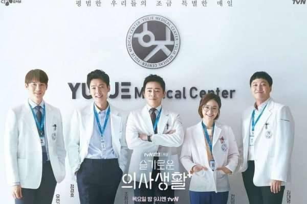 Dari sutradara dan penulis Reply 1988, Hospital Playlist menjadi salah satu drama Korea rating tertinggi tahun 2020.