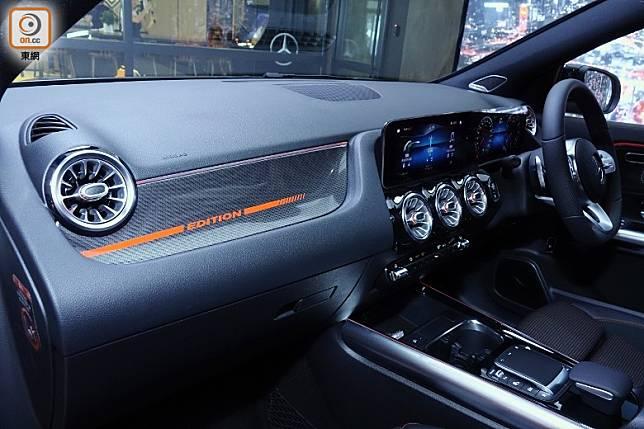 前助手席對出的儲物箱蓋換上印有 Edition字樣的碳纖維,配上紅色氣氛燈,更添運動風格。(方偉堅攝)