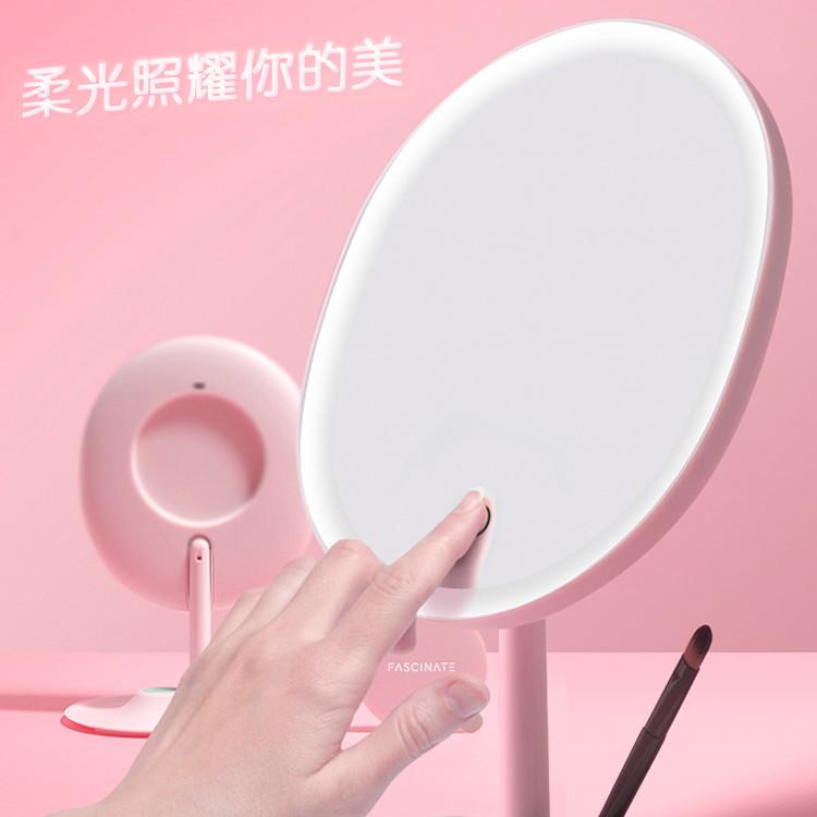 產品特色 輕智能1:1臉型鏡 集1:1臉型設計 鏡子周邊柔光邊框燈 背部隱藏式放大鏡 90度上下旋轉調節 商品規格 名稱inmirror桌面化妝鏡 型號rm223-dl(鋰電池款) usb recha