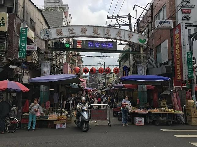 ▲商業活動從早到晚,臨江商圈靠在地消費人潮不減。 (圖/信義房屋提供)