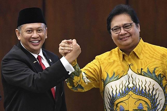 MPR Speaker Bambang Soesatyo (left) shakes hands with Golkar Party chairman Airlangga Hartarto after Bambang's inauguration as the People's Consultative Assembly (MPR) speaker at the House of Representatives complex in Senayan, Jakarta, on Oct. 3.