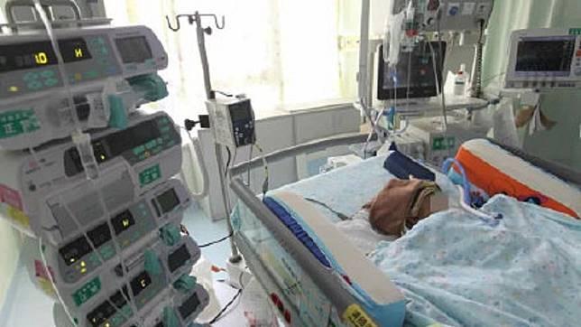 一名才3個月大女嬰被高中墜落的蘋果砸中腦部,醫師研判她的右腦功能恐終身喪失。(圖/翻攝自微博)