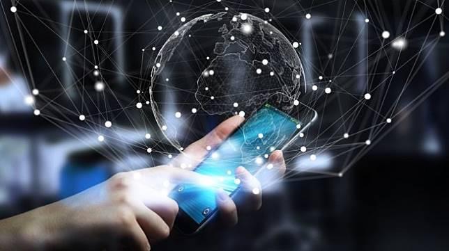 Ilustrasi penggunaan data selular pada smartphone. [Shutterstock]