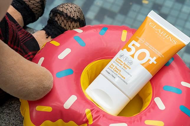 Clarins dry touch sun care cream SPF 30($260/50ml)上面就標示了具耐水能力,但大家上水後都最好再補搽一次呀!
