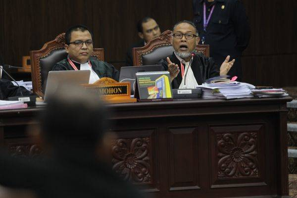 Kuasa hukum pihak pemohon dari Badan Pemenangan Nasional (BPN) Bambang Wijayanto (kanan) dan Denny Indrayana mengajukan pertanyaan
