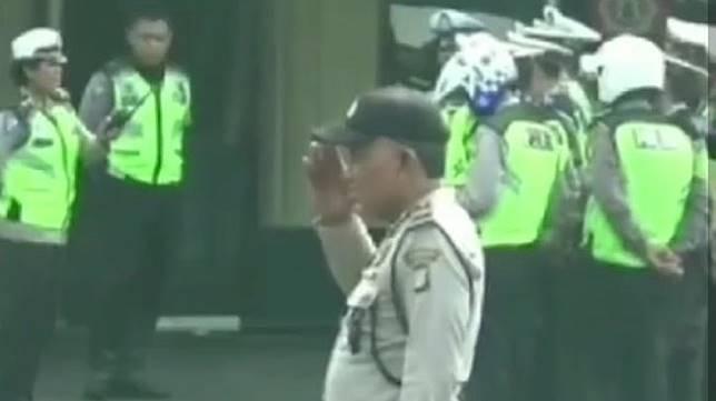 Polisi gadungan kena hukuman hormat bendera karena maki-maki penjual nasi bebek. (Instagram)