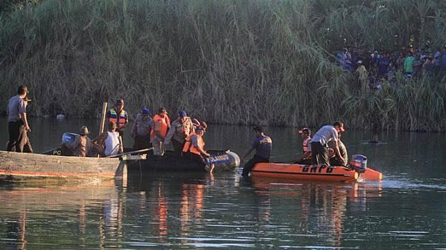 Personel Polri dan BPBD melakukan pencarian pesawat latih jenis Cessna yang tenggelam di Sungai Cimanuk, Cantigi, Indramayu, Jawa Barat, Senin, 22 Juli 2019. ANTARA