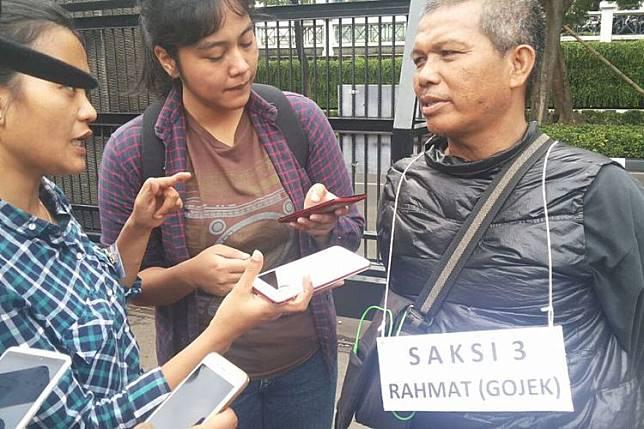 Rahmat, driver ojek online, yang mengantar dokter Ryan Helmi ke Klinik Az-Zahra pada Kamis pekan lalu. Dalamfoto ini, Rahmat berada di Mapolda Metro Jaya, Senin (13/11/2017)