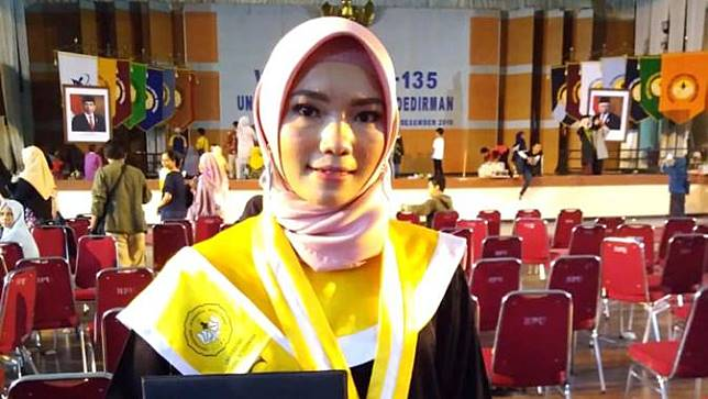 Indri Suwarti, anak kuli truk yang lulus dengan predikat Cumlaude di Unsoed, Purwokerto. (Foto: Liputan6.com/Unsoed/Muhamad Ridlo)
