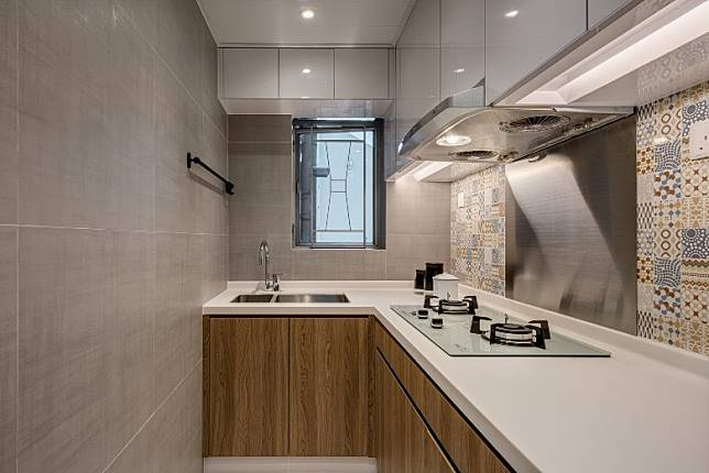 廚房的一邊牆身鋪上復古花磚,輕易成為這簡約布局的焦點。 (受訪者提供)