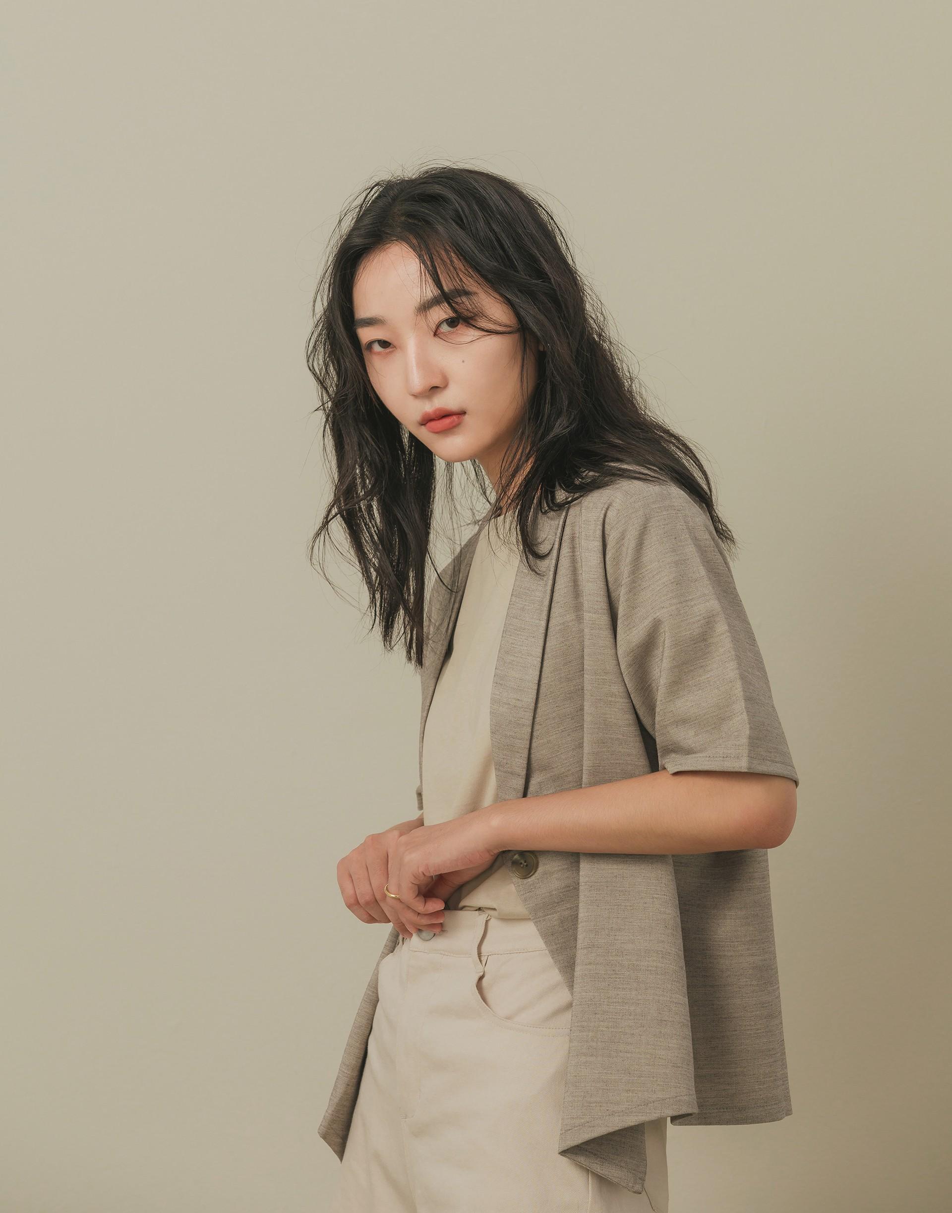 彈性:適中 表面有紋理的西裝棉質料、單釦、連領式、五分袖設計