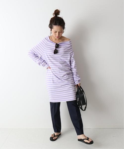 長版紫白橫條紋上衣搭配黑色長褲