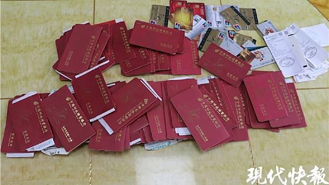 大陸1名女子日前在家中找到150多本存摺,以為家裡很有錢。(圖/翻攝自現代快報)
