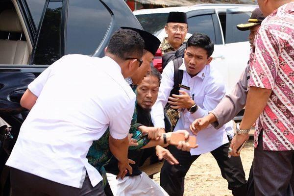 Menko Polhukam Wiranto (kedua kiri) diserang di Menes, Pandeglang, Banten, Kamis (10/10).