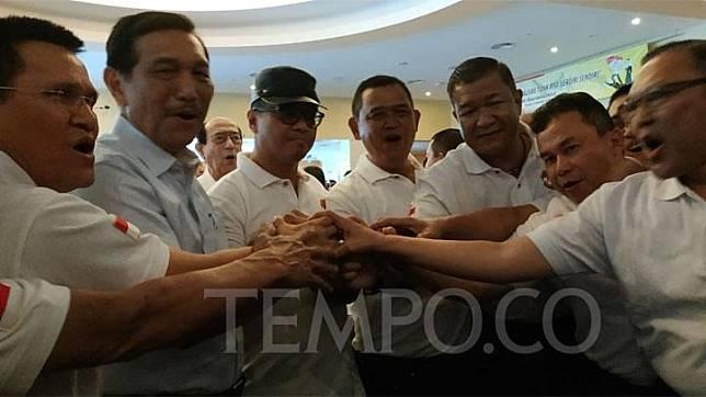Pembina Cakra 19 Luhut Binsar Panjaitan bersama Ketua Cakra 19 Andi Widjajanto dan Sekjen Cakra 19 Eko Wiratmoko berjabat tangan bersama relawan dan pendukung Cakra 19 saat mendeklarasikan Dukungan Capres-Cawapres Pasangan Jokowi dan Ma'aruf Amin di Jakarta, Minggu 12 Agustus 2018.