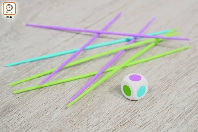 附有不同顏色的籤子,玩家輪流擲骰決定抽籤顏色。(莫文俊攝)