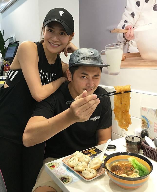 蕭潤邦曾打本給江若琳開麵店,並傳授沖奶茶秘訣。