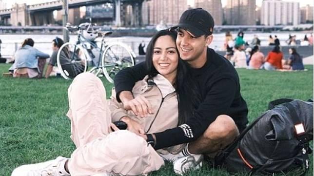 "Gaya pacaran Rachel Vennya dan Salim Nauderer. [Instagram/rachelvennya</figcaption></figure><p>""Gue yang nginput data dia di Wisma Atlet Pademangan, Demi Allah. Puas?"" ujar si netizen.</p><p>Kala itu, Rachel Vennya datang bersama pacarnya, Salim Nauderer dang manajernya. Mereka minta sekamar padahal bukan suami istri.</p><p>""Gue tanyain alamatnya dimana, sok sok beg* sampai satu kamar sama si Salim padahal bukan suami istri,"" kata netizen.</p><p>""Gue minta buku nikah, katanya mereka tinggal bertiga sama manajernya. Rachel update story di kamar Wisma Atlet tapi setelah dua menit langsung dihapus,"" sambungnya lagi.</p><figure class="