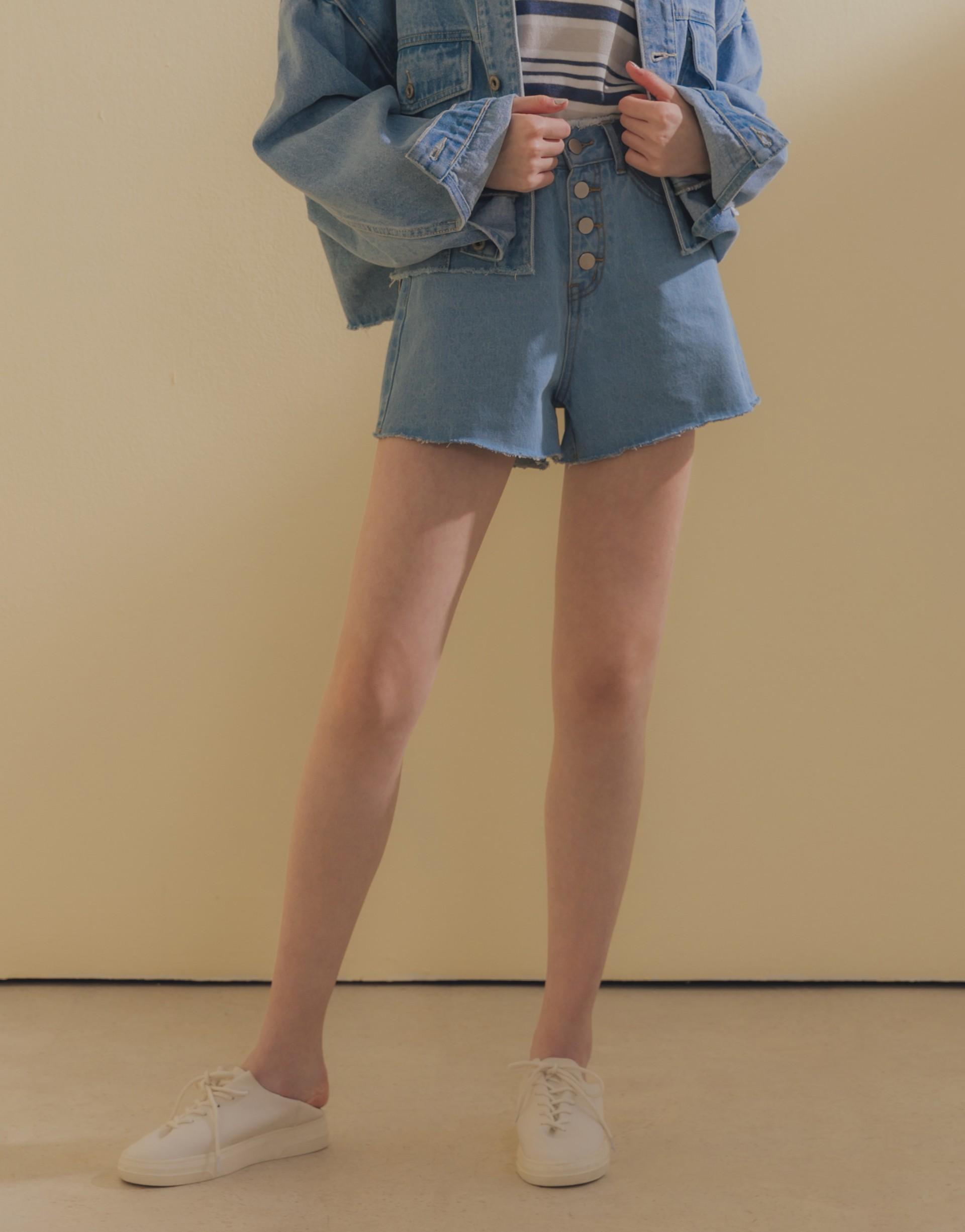 腰頭抽鬚設計/排釦造型/褲口不修邊/前兩側開口袋/後片貼式口袋