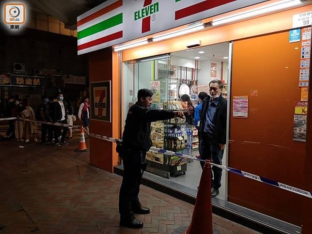 警員封鎖便利店調查。(陳錦揮攝)