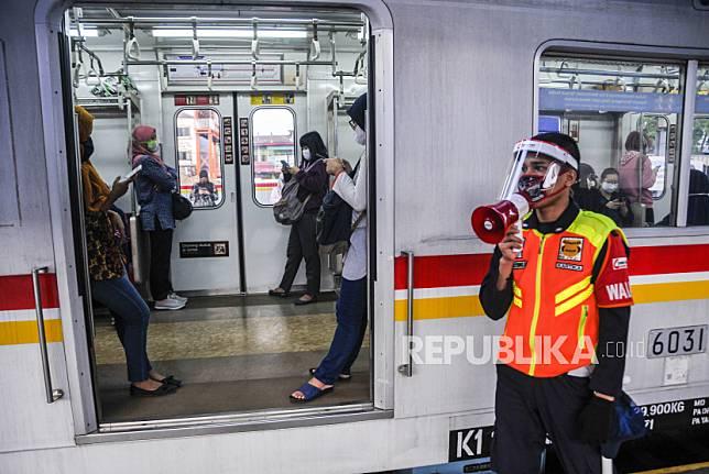 Petugas keamanan memberi himbauan untuk mengatur jarak antar penumpang di Stasiun Bekasi, Jawa Barat, Selasa (2/6/2020). PT Kereta Commuter Indonesia (KCI) akan  menyiapkan protokol kesehatan menghadapi tatanan normal baru untuk diterapkan ke pengguna dan petugas Kereta Rel Listrik (KRL)