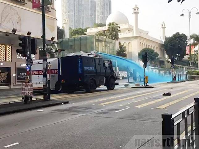 警方發射水炮致清真寺大閘染藍。(港台圖片)