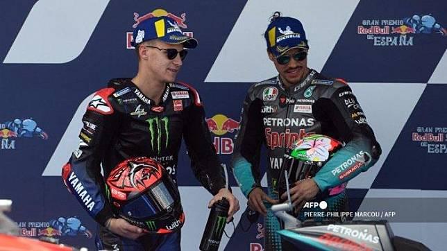 Monster Energy Yamaha MotoGP Pembalap Prancis Fabio Quartararo (kiri) berbicara dengan pembalap Italia Petronas Yamaha SRT Franco Morbidelli setelah sesi kualifikasi MotoGP dari Grand Prix Spanyol di Sirkuit Jerez di Jerez de la Frontera pada 1 Mei 2021. PIERRE-PHILIPPE MARCOU / AFP