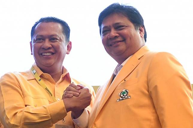 Golkar Party bigwigs Bambang Soesatyo and Airlangga Hartarto shake hands.
