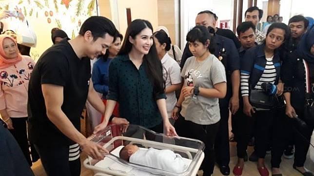 Sandra Dewi bersama suami, Harvey Moeis keluar dari rumah sakit dan diizinkan pulang setelah melahirkan seorang putra pada 31 Desember 2017. (Ismail)