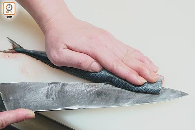 秋刀魚沿中間的魚骨起出兩邊魚肉。(莫文俊攝)
